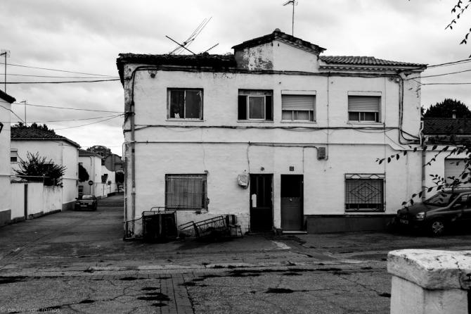 Una de las pocas viviendas destartaladas que quedan