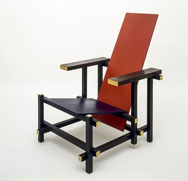 silla roja y azul con rojo y azul y negro y amarillo
